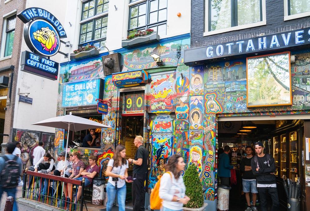 Amsterdam'da tarihi karar! Uyuşturucu satılan kafelere turist alınmayacak!