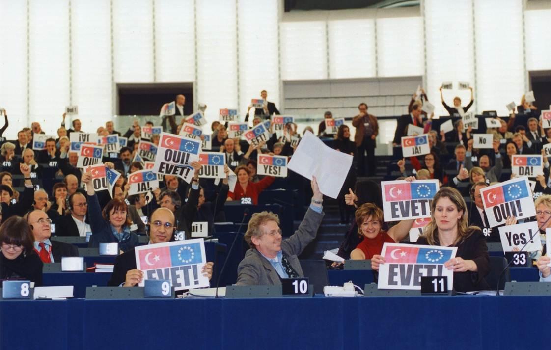 Türk vatandaşları Avrupa Birliği'ne 'evet' diyor!